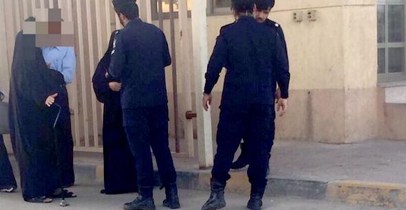 مجموعة من أهالي السجناء الكويتيون يتوافدون إلى السجن المركزي للاطمئنان على أقاربهم