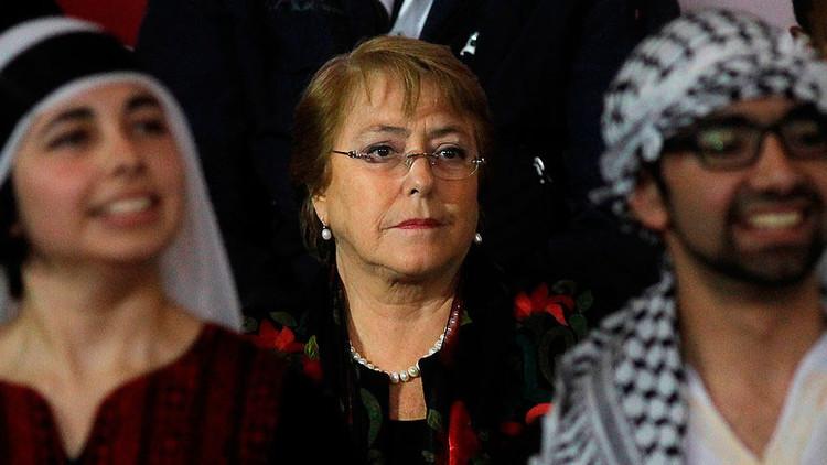 رئيسة تشيلي، ميشيل باشيليت، في الوسط
