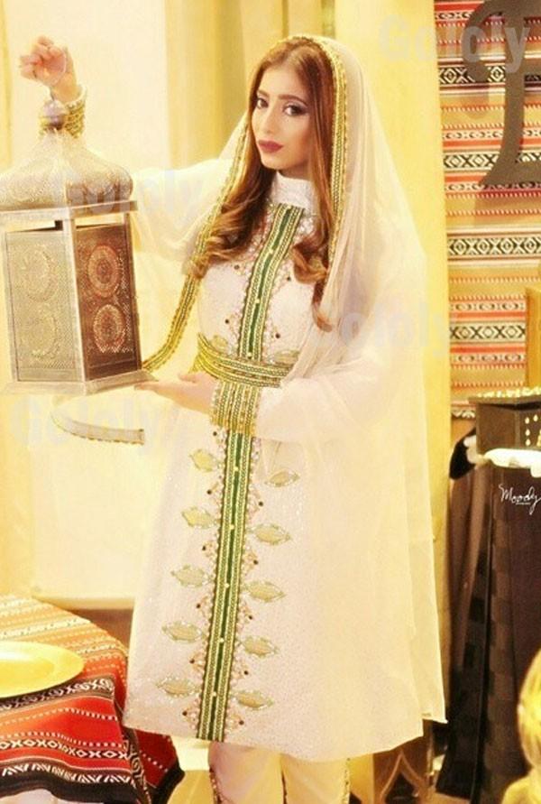 شذى سبت ترتدي زي اسلامي وممسكة بيدها فانوسا