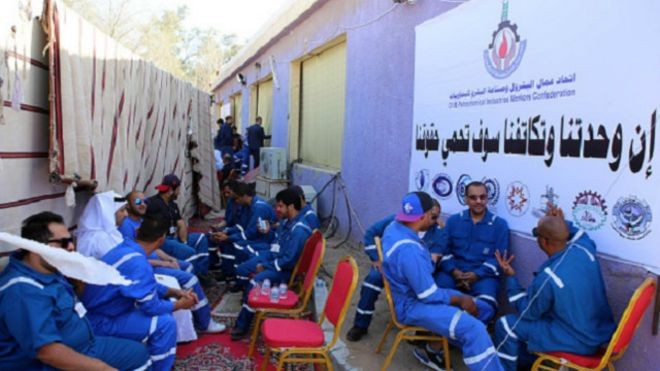 شهدت الكويت إضرابا من العاملين بقطاع النفط أضاف إلى الحالة السلبية التي سببها انهيار الأسعار العالمية