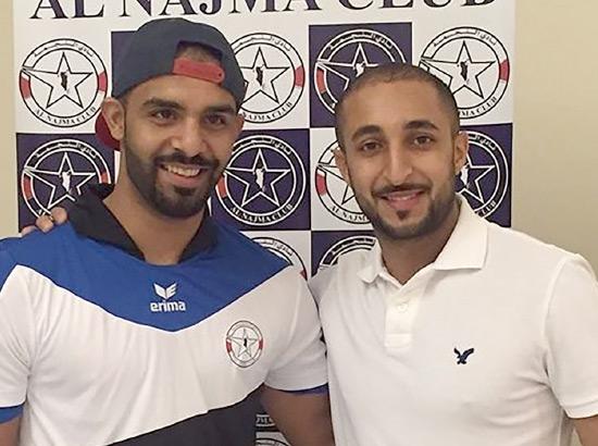 علي خليل مرتدياً شعار النجمة بجوار حمد سلمان أمس