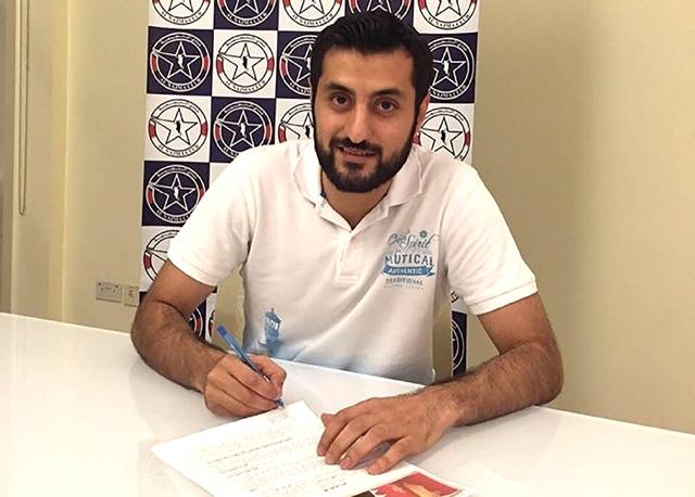 مسعود قمبر لدى توقيع عقد انتقاله للنجمة