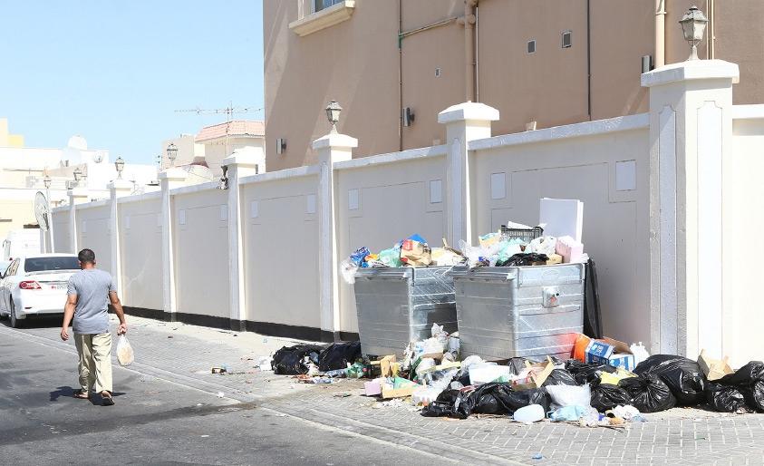 القمامة متكدسة في أحد الشوارع