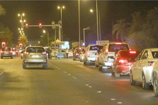 طابور السيارات عند المدخلين الوحيدين المفتوحين المؤديين للدراز -  تصوير : محمد المخرق