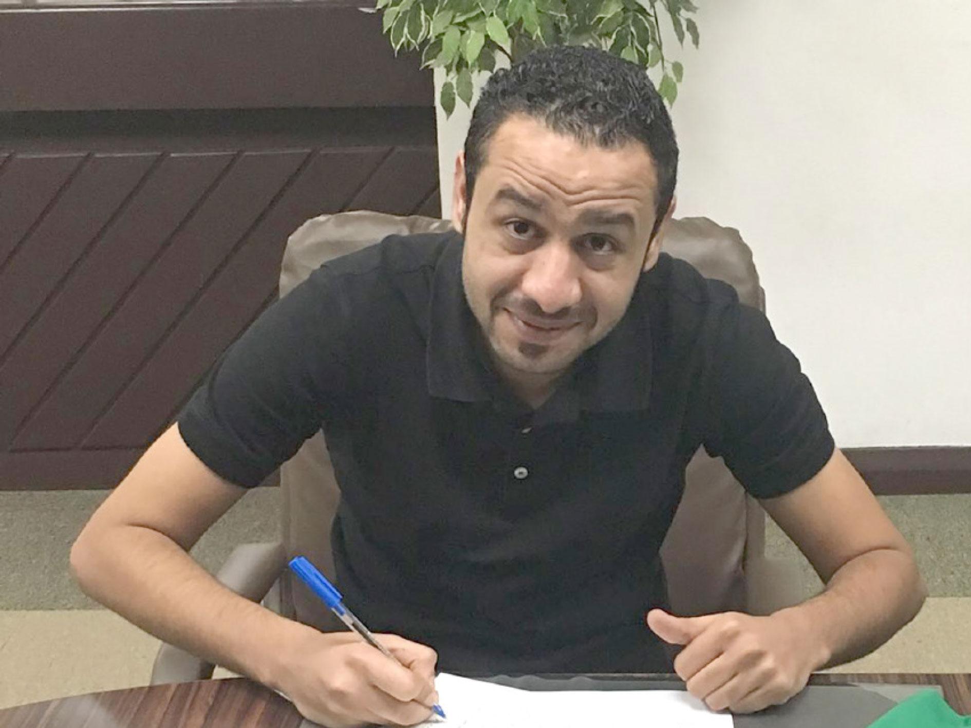 الشكر خلال توقيعه عقد البحرين