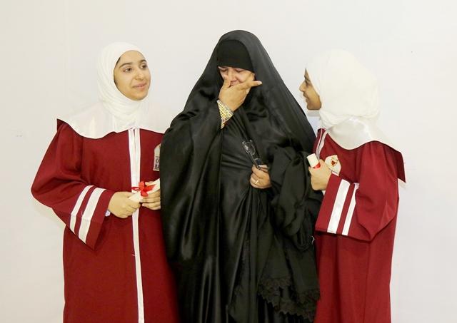 أم تبكي بعد تكريم ابنتيها في حفل تكريم الأيتام المتفوقين - تصوير : محمد المخرق