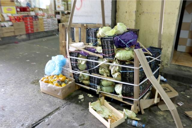 شحنة من «الملفوف» تلفت بالكامل بسبب الحر في سوق المنامة المركزي - تصوير : أحمد آل حيدر