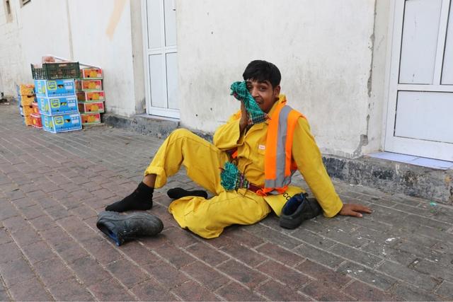 عامل نظافة أنهكه التعب وأحس بهبوط في الدورة الدموية فجلس على الأرض