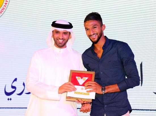 تكريم محمد الرميحي بجائزة أفضل لاعب