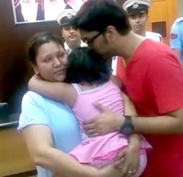 الطفلة مع والديها بعد العثور عليها