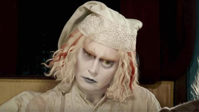 جوني ديب (صانع القبَّعات المجنون) في لقطة من الفيلم