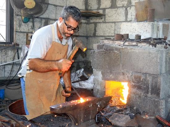 الحداد مهدي: شركات الإنشاءات تفضل ما يصنعه الحدادة البحرينيون فيما يتعلق بمنتج «الهوك» وهو الذي تعلق عليه المراوح الهوائية - تصوير محمد المخرق
