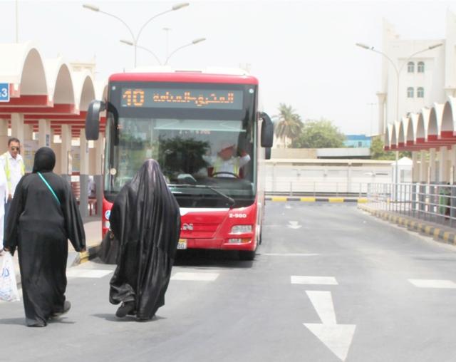 بحرينية وابنتها تتجهان لمحطة النقل العام بالمحرق