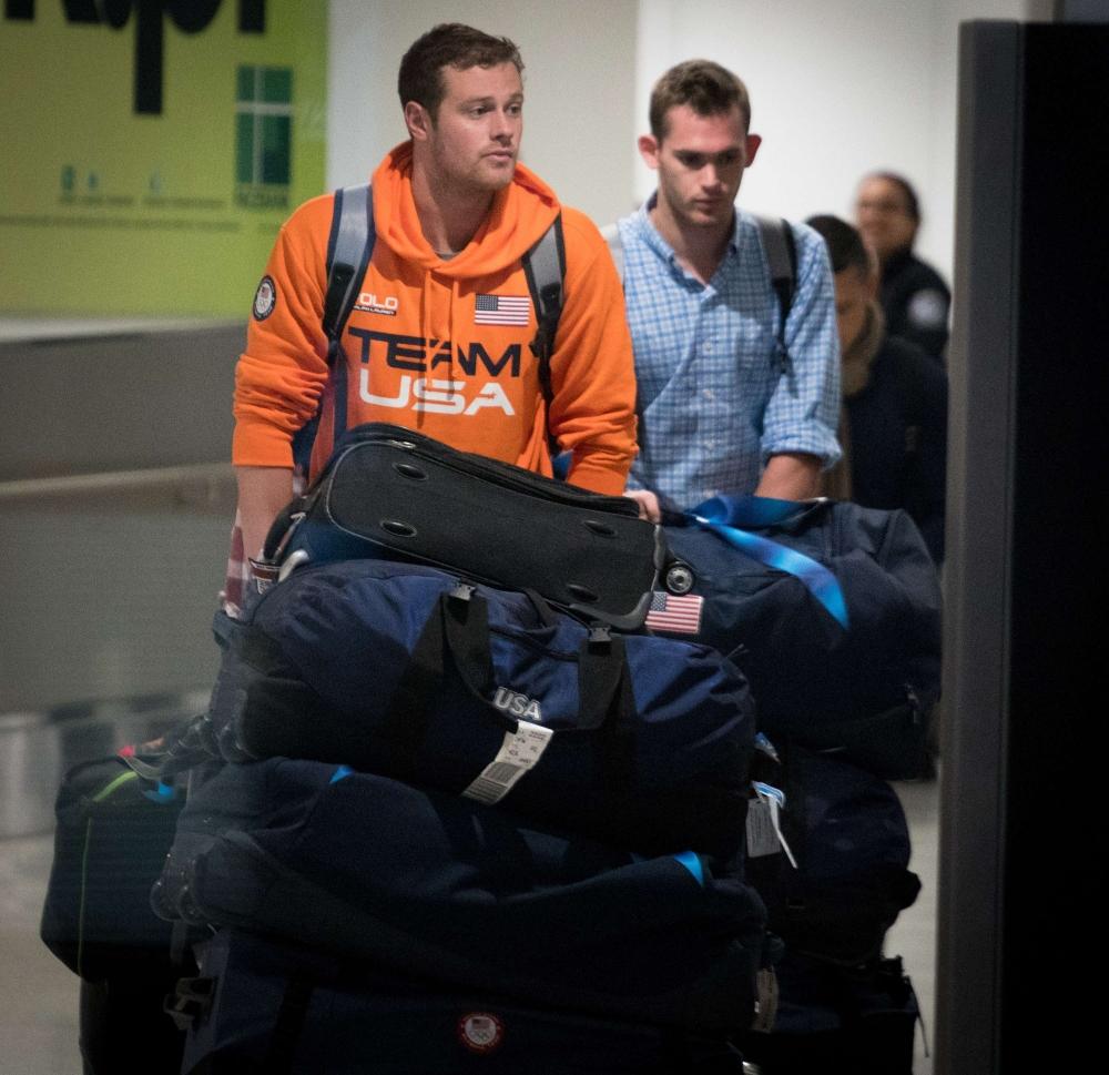 السباحان الأمريكيان لدى مغادرتهما البرازيل