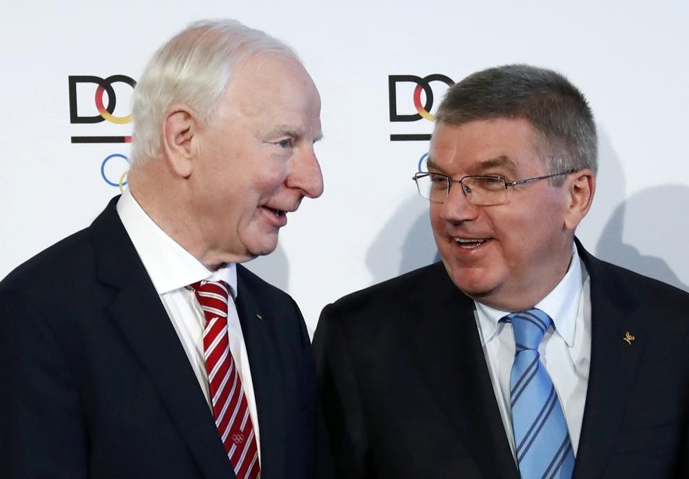 الإيرلندي هيكي (يسار) مع رئيس اللجنة الاولمبية الدولية الألماني توماس باخ