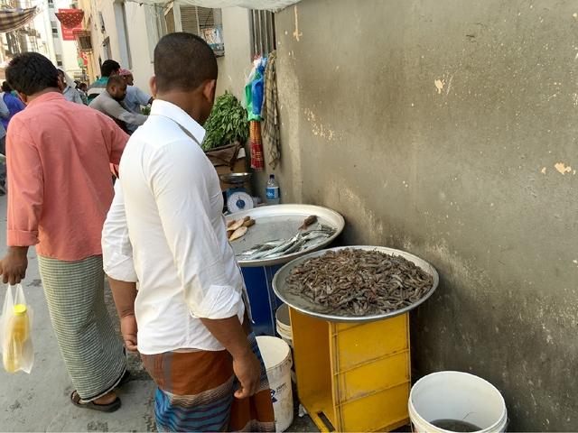 سوق بعدد كبير من الفرشات لبيع الروبيان والأسماك في أحد أزقة مجمع 302 بالمنامة