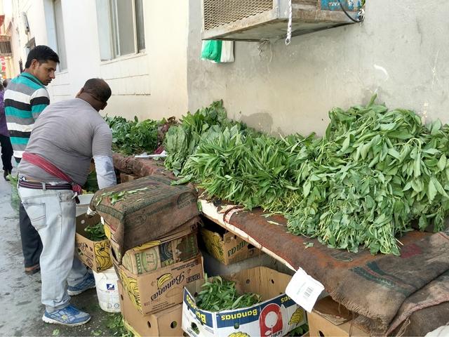 إحدى فرشات الخضراوات في سوق غير مرخص بالكامل في فريق «جراند» بالمنامة