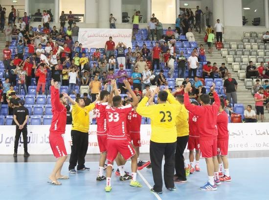 اللاعبون يحتفلون مع الجماهير بعد الفوز - تصوير محمد المخرق