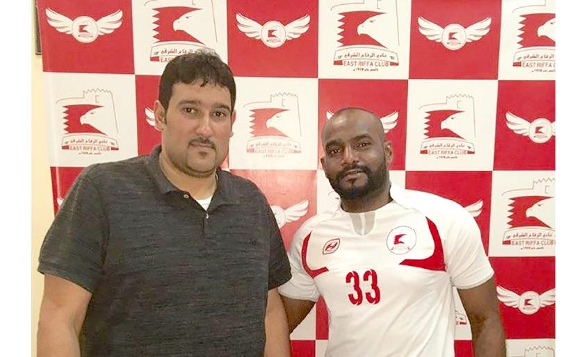 محمد عبدالله يرتدي قميص فريقه الجديد بجوار البصري