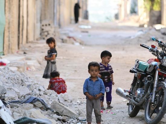 أطفال يلهون في أحد شوارع حلب- reuters