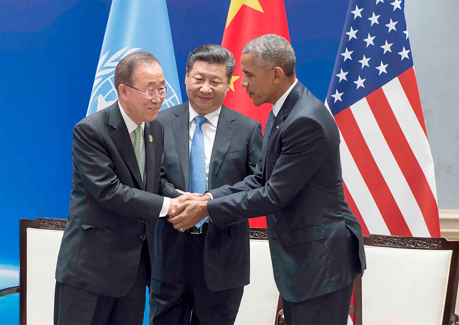 بان كي مون يصافح الرئيس الصيني شي جين بينغ ورئيس اميركا باراك أوباما في حفل إيداع الصكوك الرسمية للبلدين حول اتفاق باريس للتغير المناخي