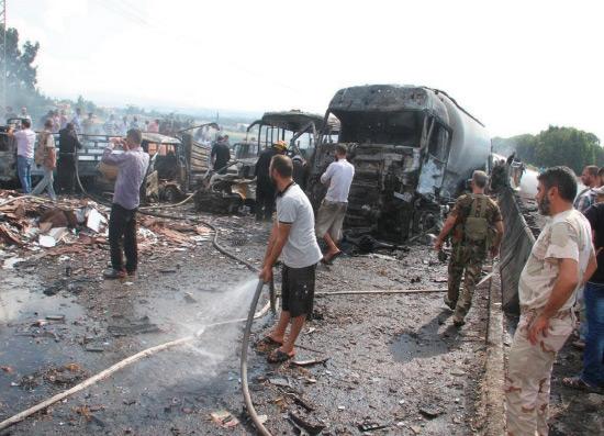 جنود ومدنيون سوريون يتفقدون موقع انفجار عند مدخل طرطوس - reuters