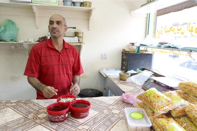 أحد أصحاب محلات الحلوى التي يديرها البحرينيون