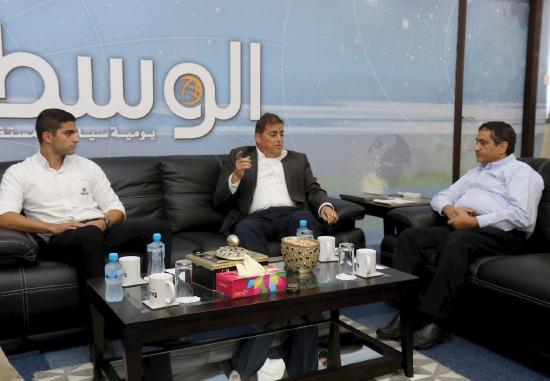 مسئولا شركة معادن البحرين و«سولار ون» في لقاء مع «الوسط» - تصوير عقيل الفردان