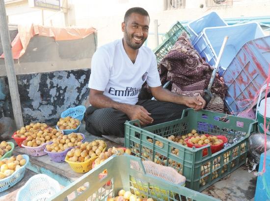 شاب بحريني يبيع الرطب