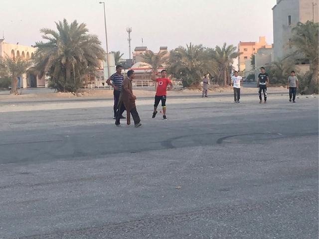 آسيويون يمارسون لعبة «الكركيت» في ساحل أبوصبح عصر يوم العيد