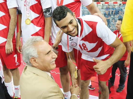 أحمد جلال أثناء تسلمه الميدالية الذهبية