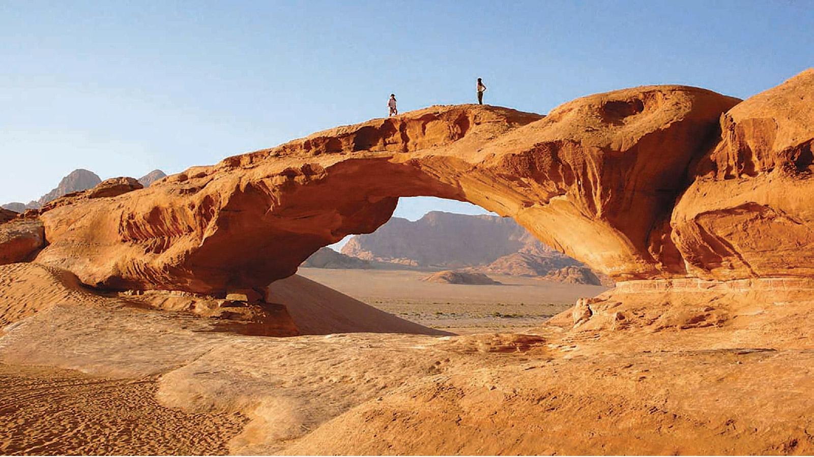 جسر طبيعي في وادي رم في صحراء الأردن