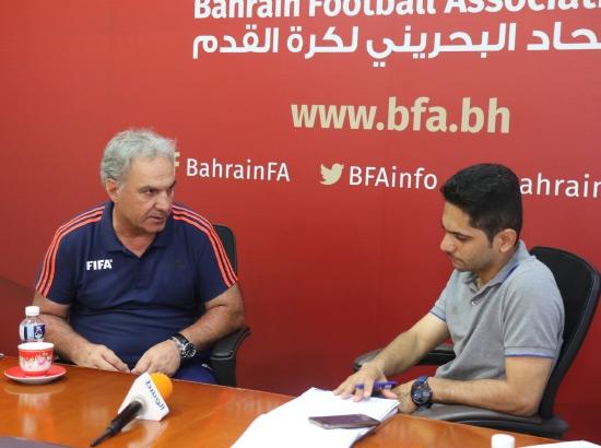 صوقار خلال حديثه مع «الوسط الرياضي» - تصوير أحمد آل حيدر