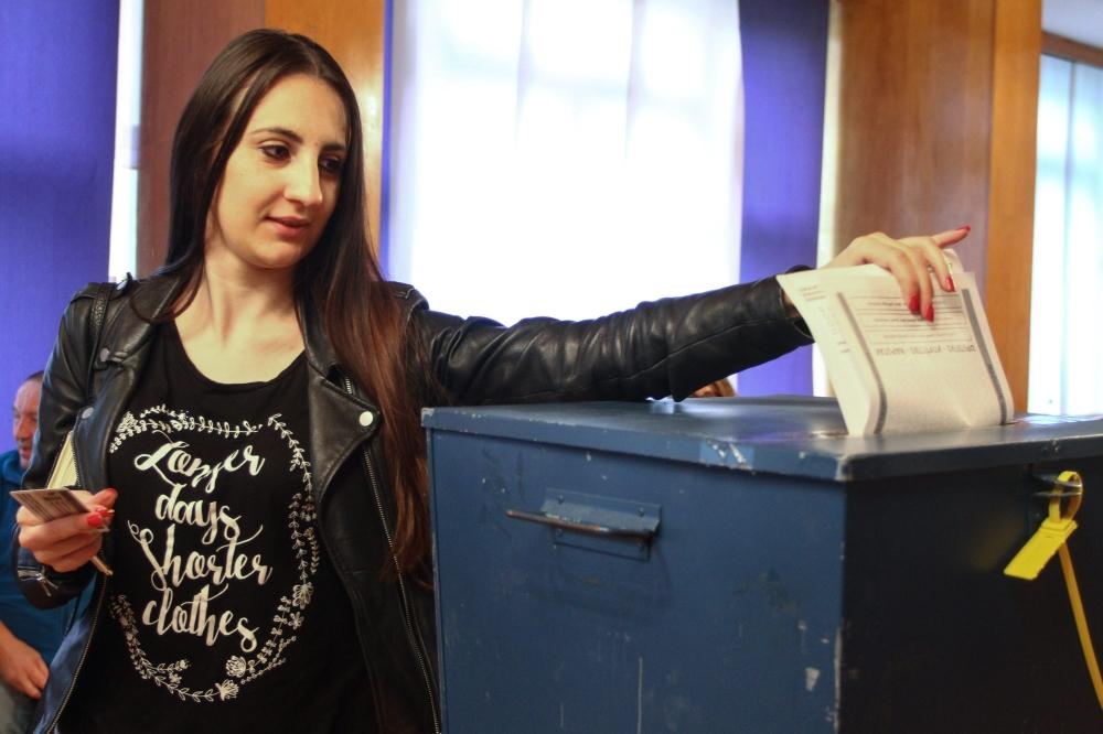 امرأة بوسينة تصوت في الانتخابات البلدية