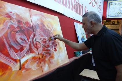 الفنان محسن غريب يواصل تشكيل لوحته الفنية في المرسم الحسيني