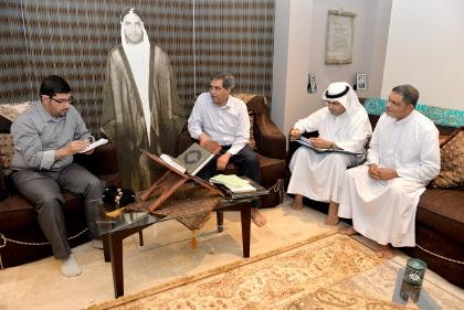 عائلة الملا علي بن رضي لدى حديثها الى «الوسط» - تصوير أحمد آل حيدر
