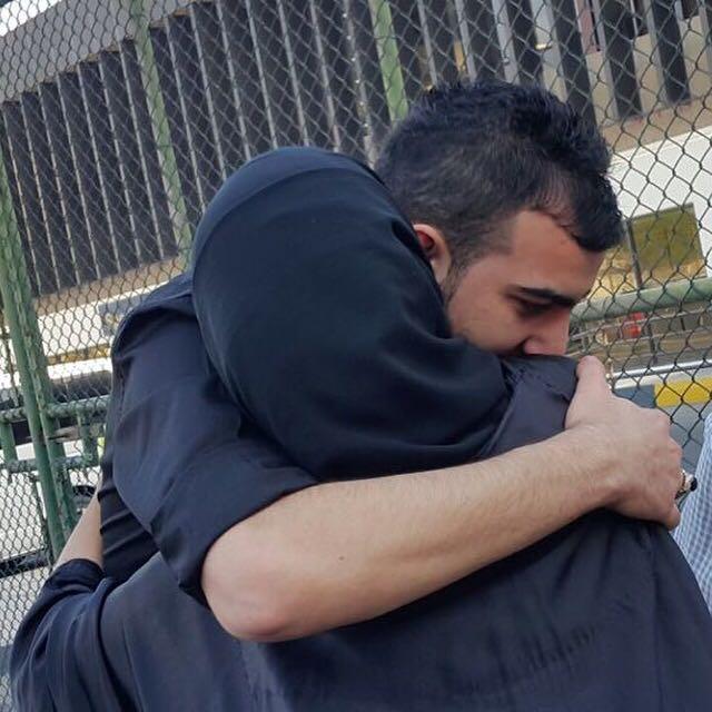 المبعد محمود خاوري اثناء معانقته والدته قبل الترحيل خارج البلاد