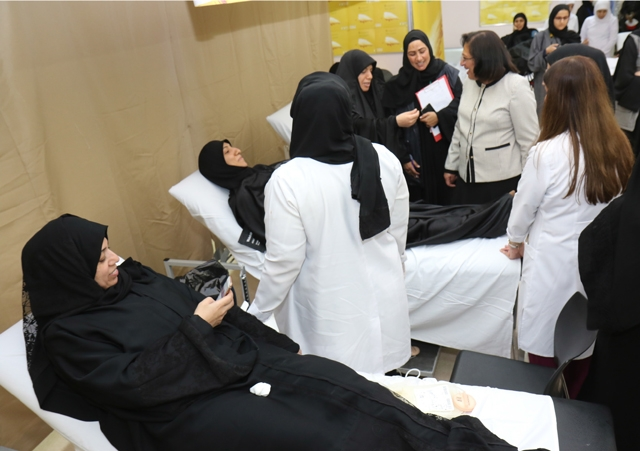 وزيرة الصحة لدى زيارتها مركز النعيم الصحي خلال افتتاح حملة الإمام الحسين (ع) للتبرع بالدم أمس - تصوير : عقيل الفردان