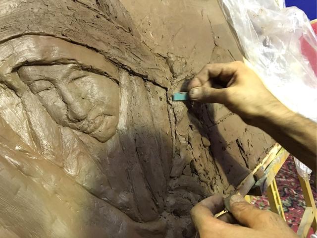 لوحة منحوتة من الصلصال الإنجليزي تعكس التربية الصالحة في موسم عاشوراء - تصوير : محمد المخرق