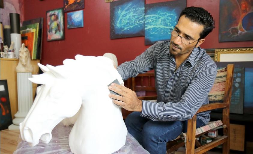 خالد موسى دادي ينحت تمثالاً لخيل استغرق منه 6 أشهر
