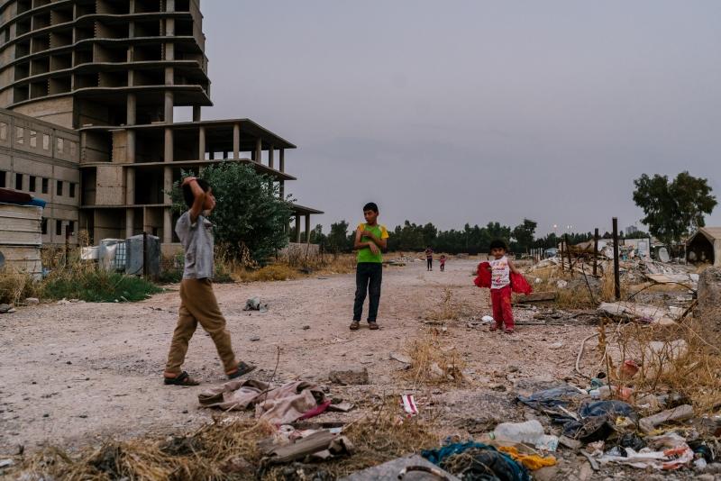 يزيديون نازحون في مخيم مؤقت مقام في موقع بناء مهجور كان مخصصاً لتشييد فندق فاخر في واحد من أغنى أحياء أربيل
