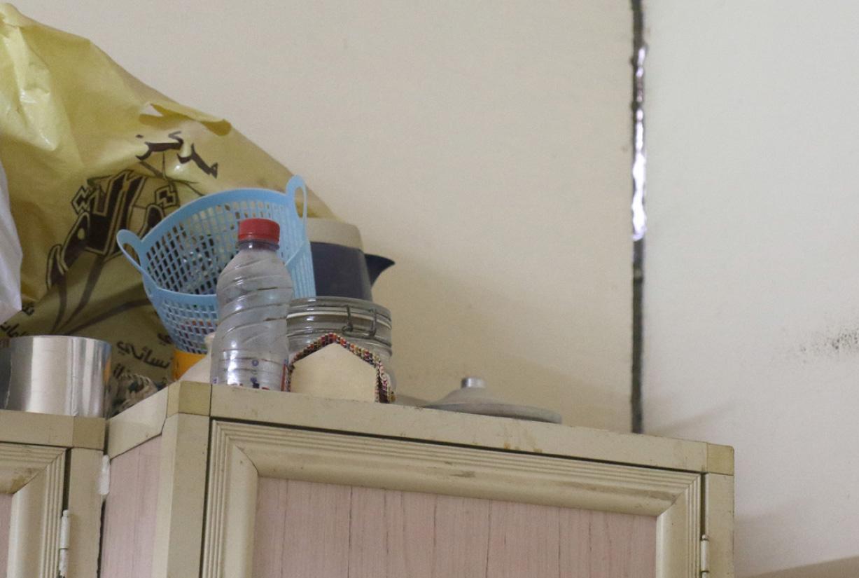 أحد الشقوق المنتشرة في جدران منزل الدراز