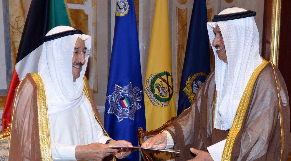 أمير الكويت يتسلم مشروع مرسوم حل مجلس الأمة من رئيس مجلس الوزراء الكويتي (كونا)