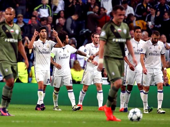 فرحة لاعبي ريال مدريد بالهدف الثاني   - reuters