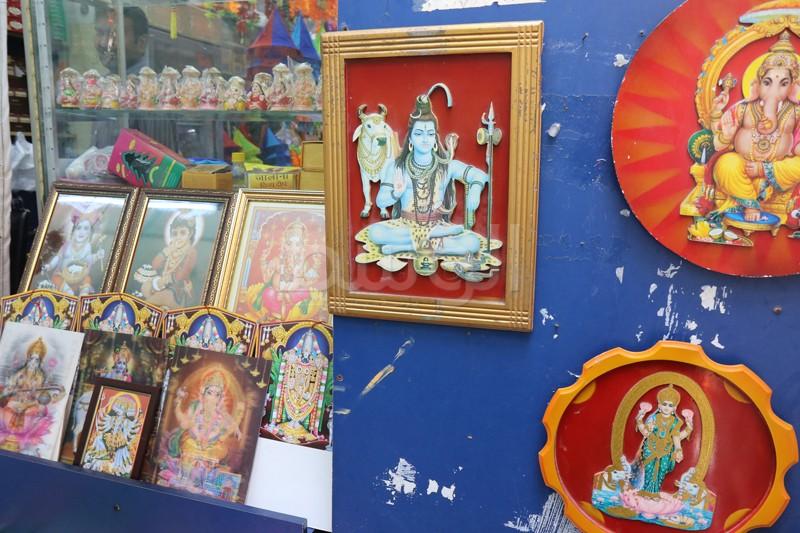 آلهة الهندوس في اشكال معلقة على محال على طول طريق المعبد