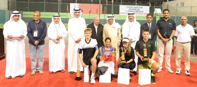 محمد بن مبارك يتوسط الفائزين والمكرمين
