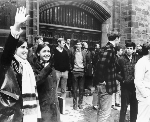 طالبات جامعيات يزرن جامعة ييل خلال أسبوع التعليم المختلط العام 1968