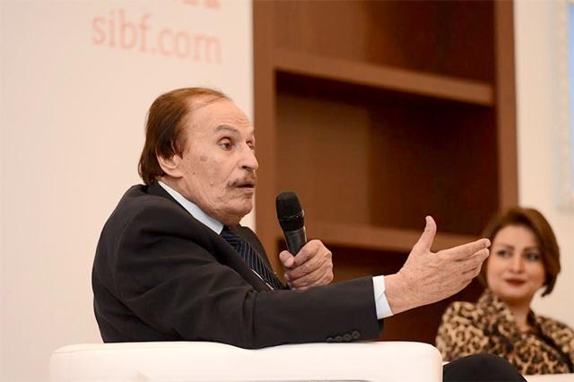 عزت العلايلي متحدثاً في جلسة «مشاهير من الفنون العربية»
