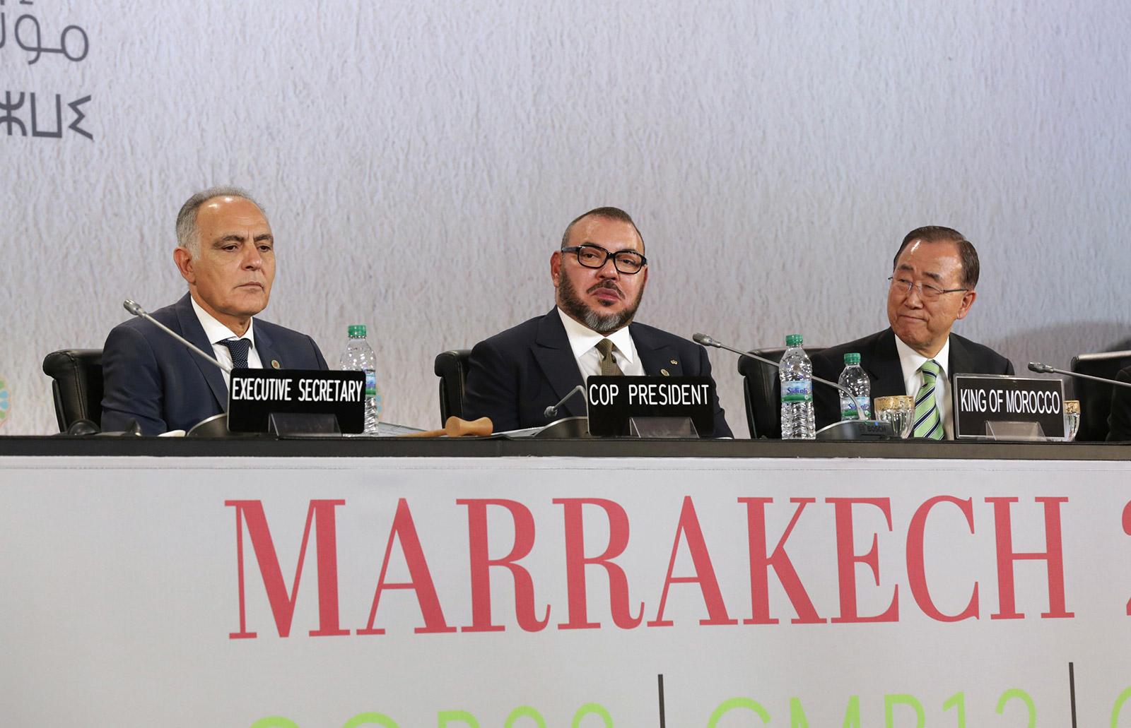 الملك المغربي محمد السادس والأمين العام للأمم المتحدة بان كي مون خلال مؤتمر الأمم المتحدة العالمي لتغير المناخ 2016 (COP22) في مراكش