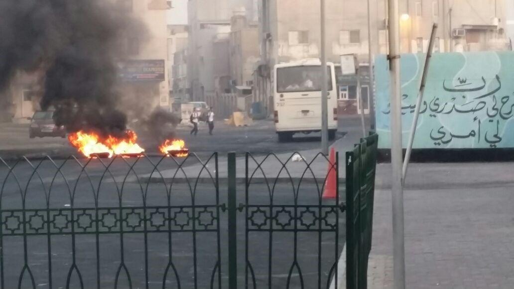 طلبة يحاولون تجنب الحريق للوصول إلى المدرسة